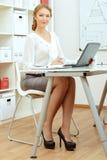 Sekretärumhüllung coffeeb Geschäftsmann, der an Laptop-Computer im Büro, lächelnd arbeitet Stockfoto