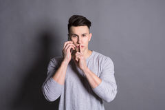Sekret, tajemnica Ucichnięcie znak pokazywać młodym człowiekiem Fotografia Royalty Free