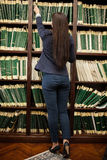 Sekretarka bierze dokument na drewnianych półkach Obraz Royalty Free