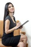 Sekretarka ono uśmiecha się podczas gdy brać notatkę obrazy stock