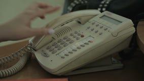 Sekretarka opowiada na telefonie, marketingu zakupy sukienny handel, ekspedyci centrum zbiory wideo