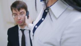 Sekretarka trzyma telefon blisko ucho jego szef zbiory wideo