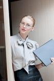 Sekreterare med den klara rapporten Arkivfoton