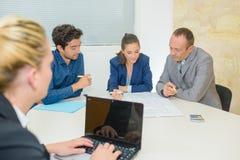 Sekreterare som tar minuter som möter på datoren Royaltyfria Bilder