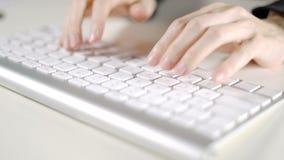 Sekreterarekvinna som i regeringsställning arbetar med datortangentbordet på det vita skrivbordet stock video