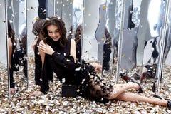 Seksowna ładna kobieta siedzi na podłoga z udziałem złoty cekinu gl Obraz Stock
