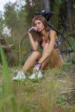 Seksowna śliczna dziewczyna na sportach jechać na rowerze w mieście Fotografia Stock