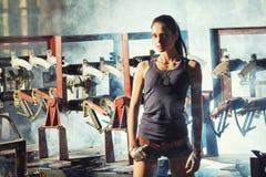 Seksowna żołnierz kobieta na fabrycznych ruinach Obrazy Royalty Free