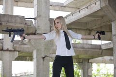Seksowna Armatnia kobieta z dwa pistoletami Obraz Stock