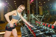 Seksowna atleta z a w gym chudy na dumbbell Zdjęcia Royalty Free