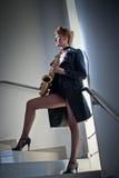 Seksowna atrakcyjna kobieta z saksofonem i długo iść na piechotę pozować na schodkach Młoda atrakcyjna blondynka bawić się saksof zdjęcie royalty free