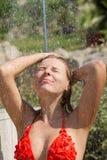 Seksowna blond dziewczyna brać prysznić outdoors obrazy royalty free