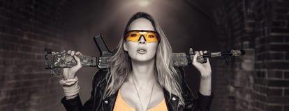 Seksowna blond niebezpieczna kobieta z karabinem automatycznym zdjęcia stock
