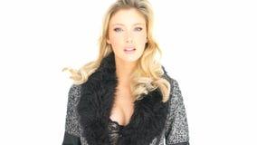 Seksowna blondynka jest ubranym bieliznę i żakiet zbiory wideo