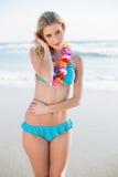 Seksowna blondynka jest ubranym Hawaii kolii pozować w bikini Zdjęcia Stock