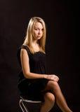 Seksowna blondynka podkreślająca przeciw czerni Fotografia Stock