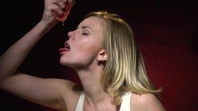Seksowna blondynka w białej koszulce daje out grapefruitowemu sokowi na jej jęzorze, zwolnione tempo zbiory wideo