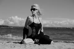 Seksowna blondynka w czarnym bikini Zdjęcia Royalty Free