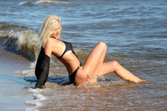 Seksowna blondynka w czarnym bikini Fotografia Royalty Free