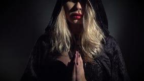 Seksowna blondynki czarownica w czarnym przylądku zbiory wideo