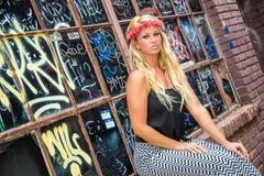 Seksowna blondynki dziewczyna w Przypadkowej modzie fotografia royalty free
