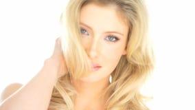 Seksowna blondynki kobieta bawić się z jej włosy zbiory