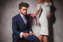 Seksowna blondynki kobieta ciągnie jej kochanka jego krawatem Zdjęcia Stock