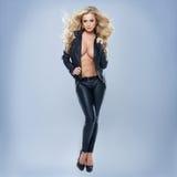 Seksowna blondynki kobieta Jest ubranym kurtkę Obraz Stock