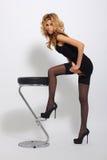 Seksowna blondynki kobieta w eleganckiej czerni sukni Obraz Royalty Free