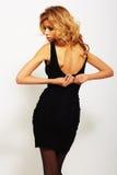 Seksowna blondynki kobieta w eleganckiej czerni sukni Fotografia Royalty Free