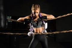 Seksowna bokserska dziewczyna opierająca klęczy na arkanach rywalizacja pierścionek Modny portret Obrazy Royalty Free