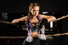 Seksowna bokserska dziewczyna opierająca klęczy na arkanach rywalizacja pierścionek Modny portret Obraz Royalty Free