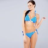 Seksowna brunetka pozuje w błękitnym swimsuit zdjęcia royalty free