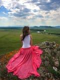 Seksowna brunetka w pięknej sukni na krawędzi falezy Fotografia Stock
