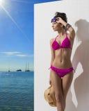 Ładna brunetka z bikini obracającym przy dobrem Zdjęcie Royalty Free