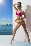 Ładna brunetka z bikini i ręką na przodzie Obraz Stock