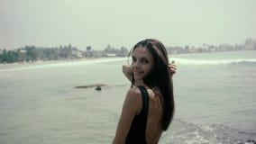 Seksowna brunetki kobieta pozuje w modnej bieliźnie w dżungli, dziewczyna turysta zbiory