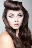 Seksowna brunetki kobieta z galanteryjną fryzurą Zdjęcie Royalty Free