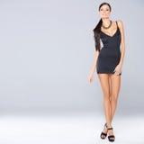 Seksowna brunetki kobiety pozycja odizolowywająca obraz stock