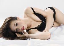 Seksowna Chińska kobieta kłaść na jej stronie. Obrazy Stock