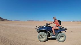 Seksowna dziewczyna jedzie kwadrata rower w pustyni Egipt Dynamiczny widok w ruchu zdjęcie wideo