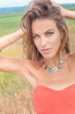 Seksowna dziewczyna jest ubranym korala wierzchołek i fantazi kolię wewnątrz Fotografia Stock