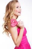 Seksowna dziewczyna jest ubranym menchii suknię z cukierkiem Zdjęcia Royalty Free