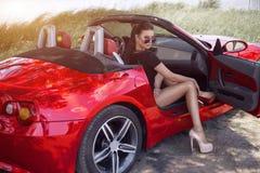Seksowna dziewczyna na cabrio podróżować samochodem z piękną dziewczyną hitchhiking zabawę zdjęcia royalty free