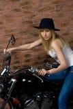 Seksowna dziewczyna na motocyklu Zdjęcia Royalty Free