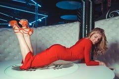 Seksowna dziewczyna na stole Obrazy Royalty Free