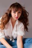 Seksowna dziewczyna ono Uśmiecha się Z Długie Włosy Zdjęcie Stock
