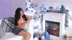 Seksowna dziewczyna pije szampańskiej pobliskiej choinki zdjęcie wideo
