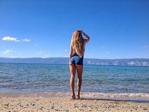 Seksowna dziewczyna pozuje na brzeg Baikal jezioro Zdjęcie Royalty Free