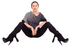 Seksowna dziewczyna pozuje z jego nogami w oddaleniu obrazy royalty free